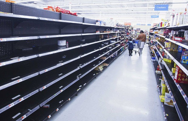 Prateleira de supermercado é esvaziada em Nova York antes da chegada do furacão Sandy (Foto: Lucas Jackson/Reuters)