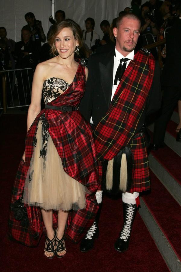 Sarah Jessica Parker e Alexander McQueen no Met Gala de 2006. (Foto: Getty Images)