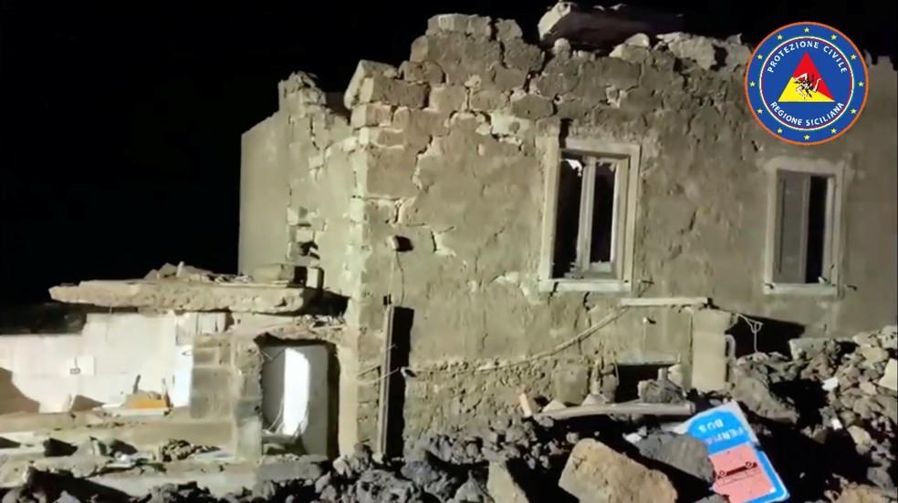 Casa danificada por tornado na ilha de Pantelária, na Itália — Foto: Reuters/ Italian Civil Protection Agency