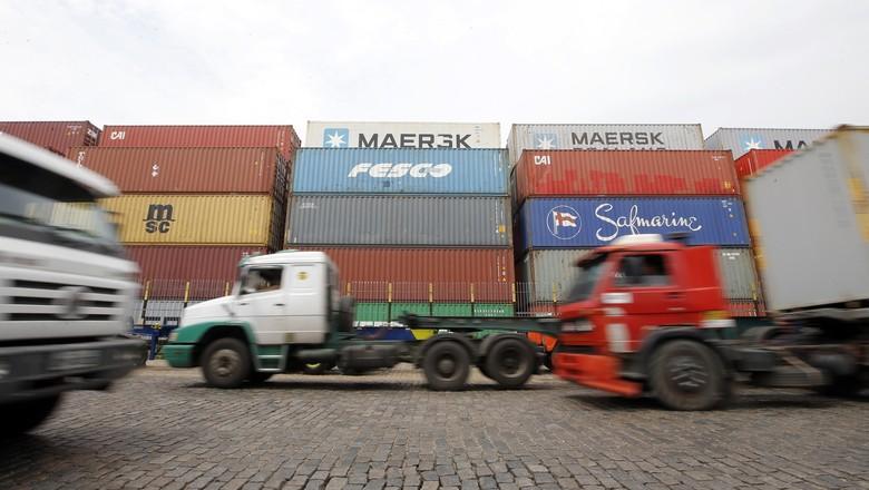 Caminhões circulam por área do porto de Santos (SP) (Foto: Paulo Whitaker/Reuters)