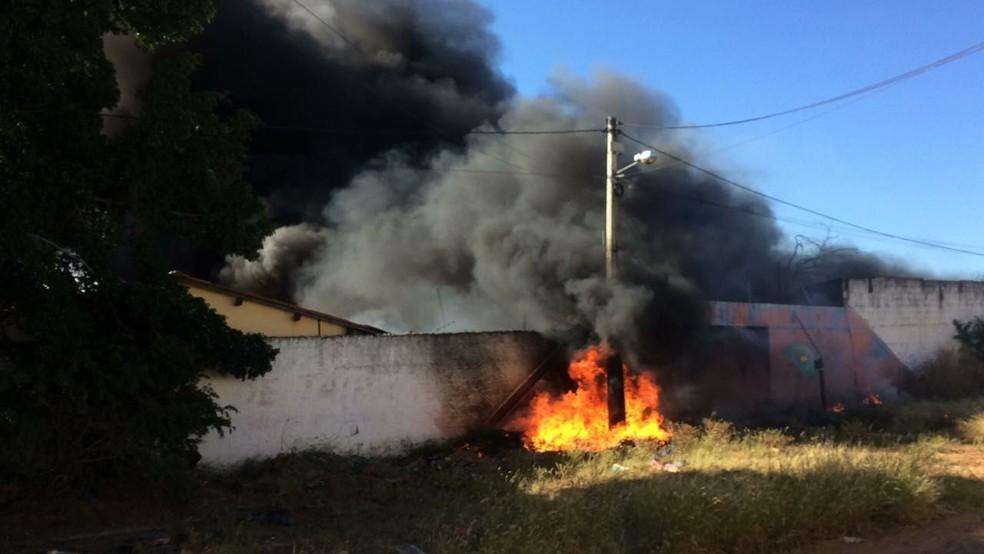 Incêndio em Barbalha, no Ceará, originou-se em vegetação e atingiu galpão com materiais plásticos. (Foto: Corpo de Bombeiros do Ceará)