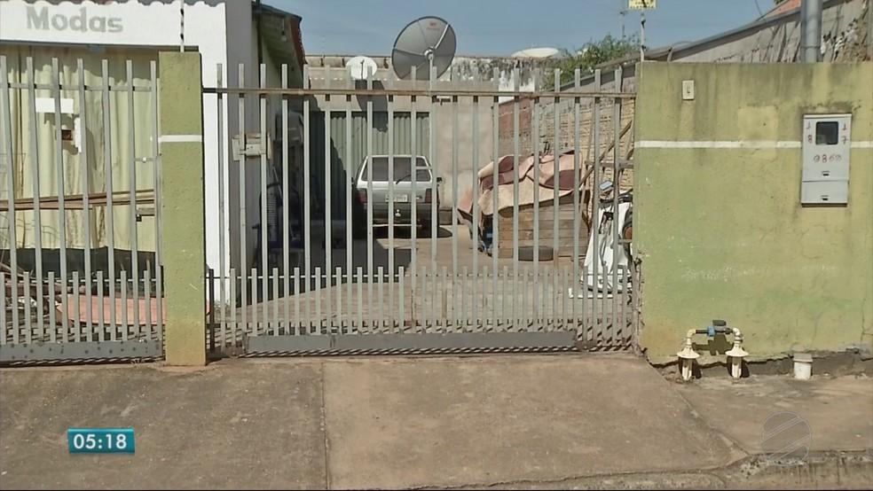 O corpo de Paulo Sérgio foi encontrado com os pés e as mãos amarrados e enrolado no tapete da sala na casa dele, em Rondonópolis — Foto: TV Centro América