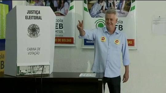 Candidato ao governo do DF Rodrigo Rollemberg chega para votar