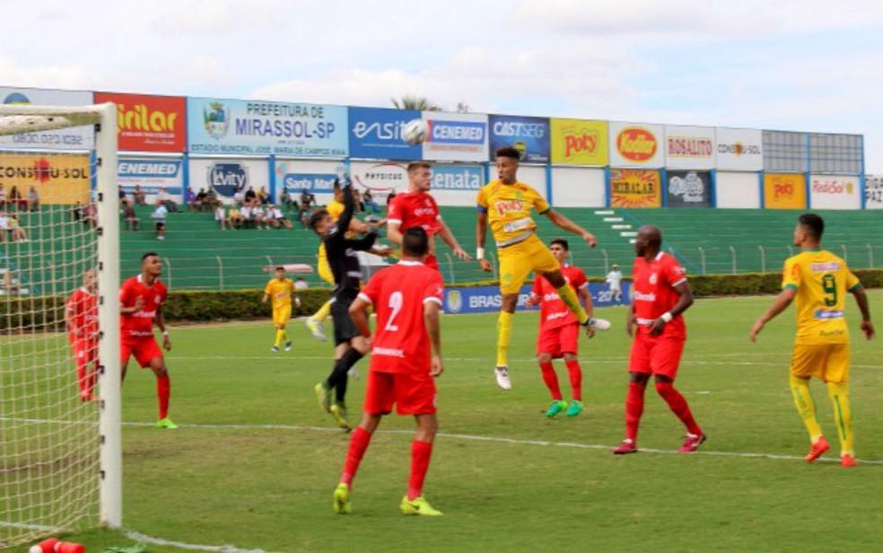 Mirassol explorou o jogo aéreo para superar o Inter de Lages no duelo disputado no estádio Maião (Foto: Marcos Freitas/Divulgação)