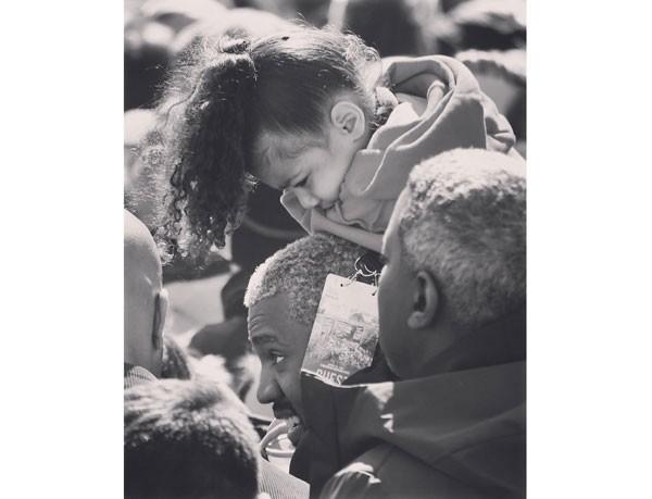 North nos ombros do pai, durante a manifestação (Foto: Reprodução / Instagram)