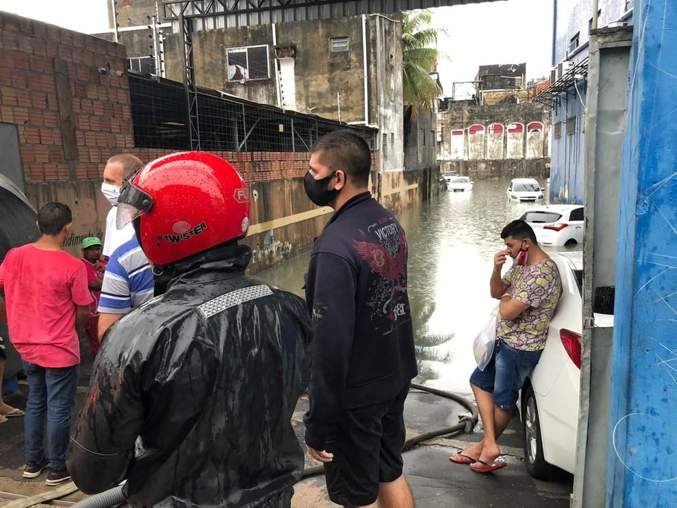 Na Rua Joaquim Sarmento, Centro, um estacionamento ficou alagamento e carros estacionados ficaram submersos. — Foto: Rebeca Beatriz/G1 AM