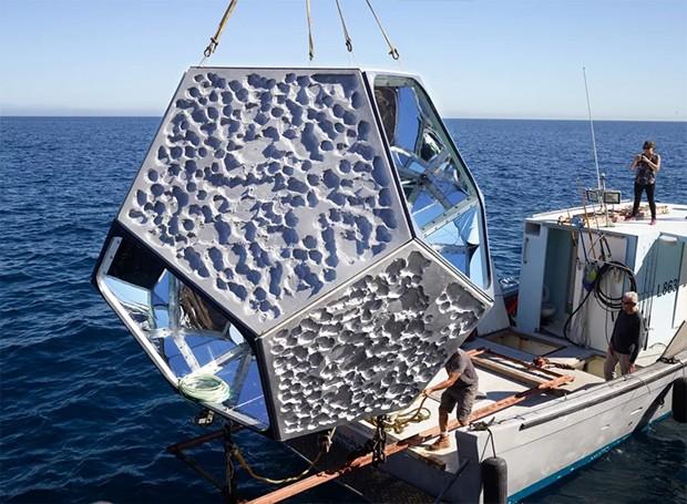 As estruturas são colocadas a 4,5 metros de profundidade no mar (Foto: Parley For The Oceans e MOCA/ Reprodução)