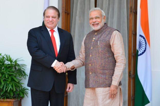 Nawaz Sharif e Narendra Modi (à esquerda e à direita, respectivamente) prometeram um acordo de paz em 2014  (Foto: Getty Images/via BBC News Brasil)