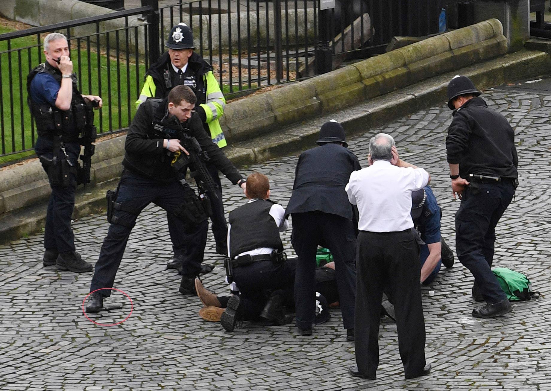 Vídeo mostra momento em que mulher cai de ponte no rio Tâmisa durante ataque em Londres