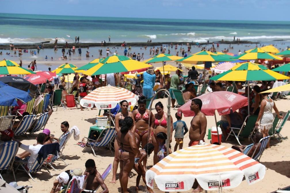 Pessoas tomam banho na Praia de Boa Viagem, nesta segunda (7) — Foto: Marlon Costa/Pernambuco Press