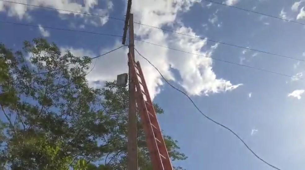 Vítimas receberam uma descarga elétrica ao encostarem em fio de alta tensão — Foto: Divulgação