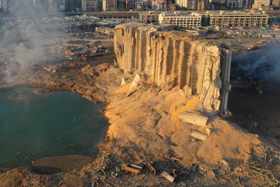 Silo ficou destruído em explosão no porto de Beirute, no Líbano  — Foto: Hussein Malla/AP