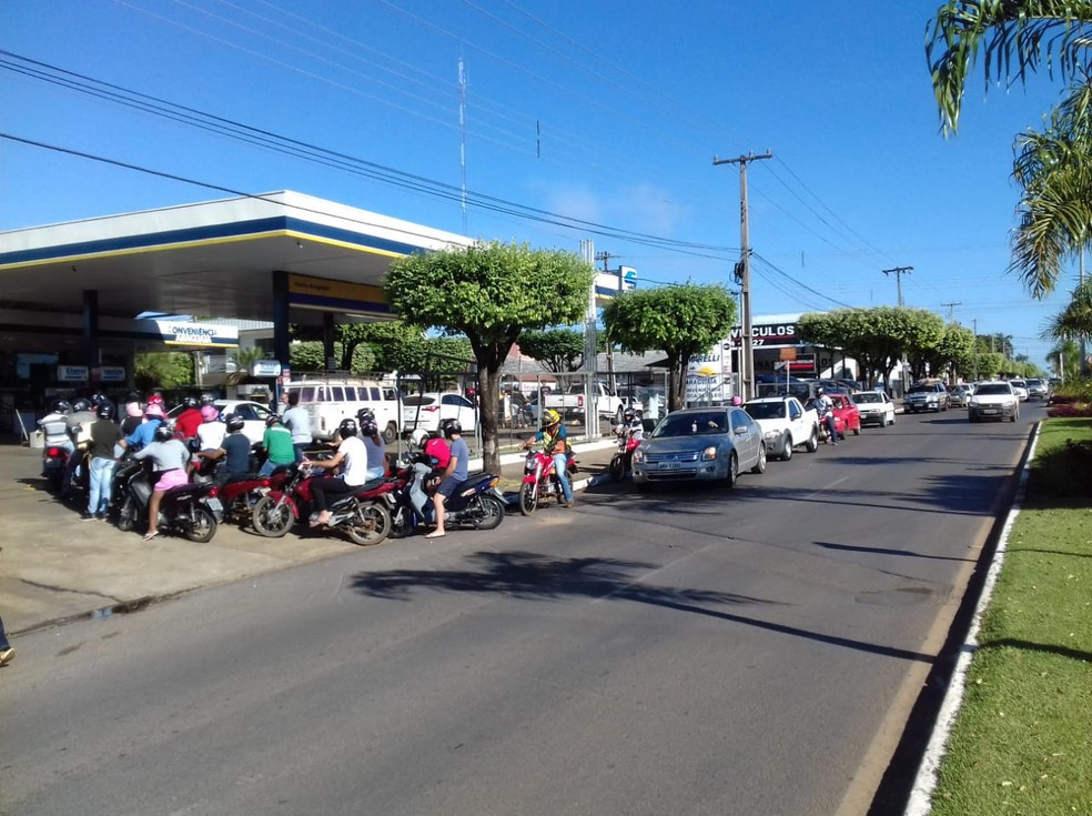 Posto tem fila para abastecer em Sorriso (MT) (Foto: Wésllen Tecchio/ TVCA)