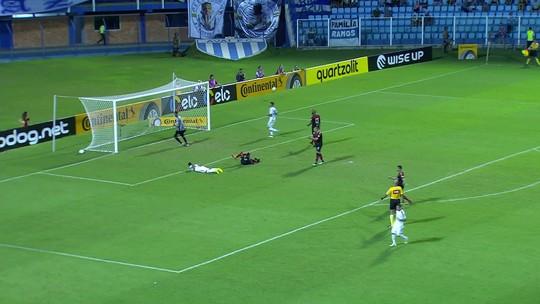 Alex Silva cruza e Luan Pereira cabeceia com perigo aos 29' do 2T