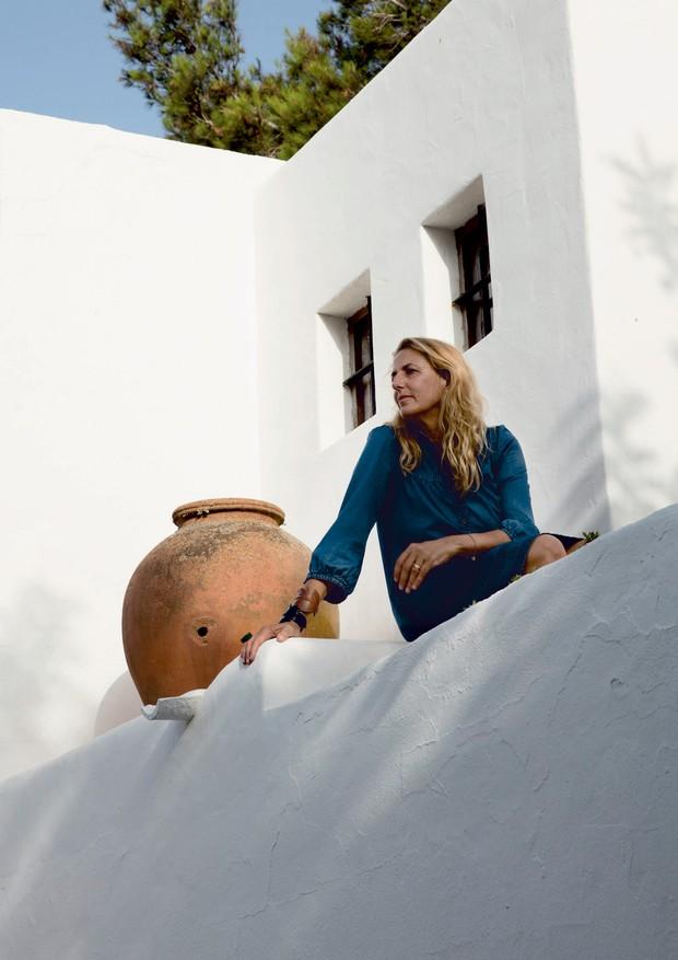 A arquiteta em sua casa de férias em Ibiza, na Espanha (Foto: Ricardo Labougle/Arquivo Globo Condé Nast e Divulgação)