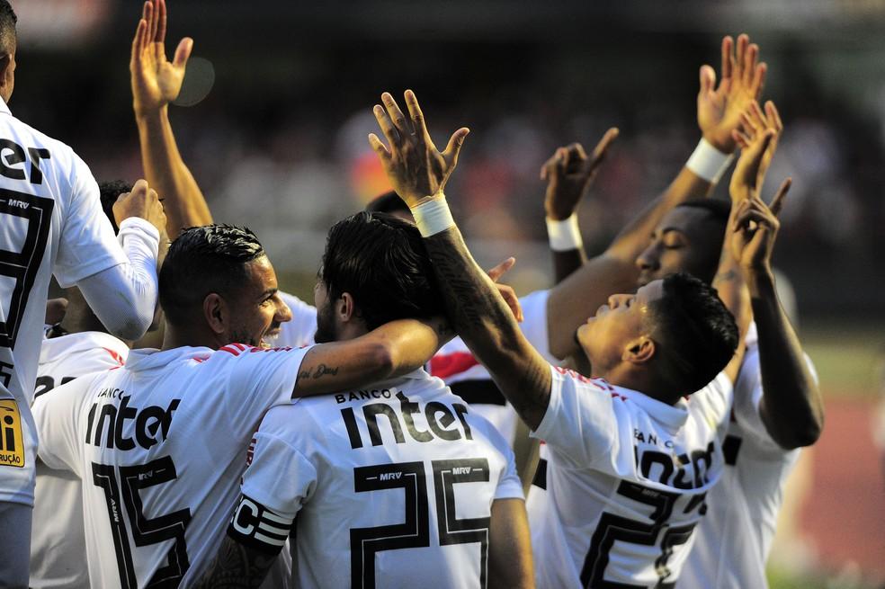 São-paulinos comemoram o gol da vitória sobre o Vasco, quando o Tricolor assumiu a liderança — Foto: Marcos Ribolli