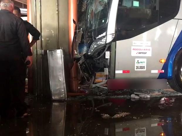 Ônibus bateu em pilastra de sustentação da rodoviária de Campinas e atropelou pessoas (Foto: Ana Paula Pinheiro / EPTV)