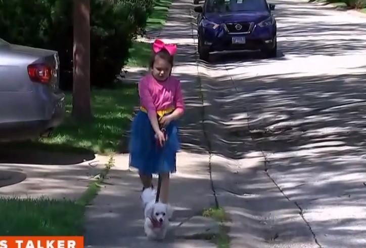 A menina estava passeando com o cachorro e a mãe foi denunciada por uma vizinha (Foto: Reprodução/ Today)