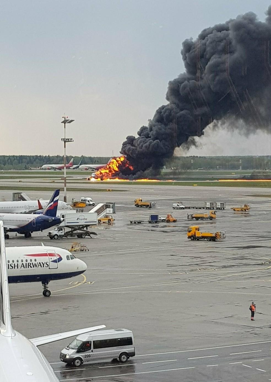 Imagens mostram incêndio no avião da Aeroflot  no aeroporto de Moscou — Foto: Riccardo Dalla Francesca via AP