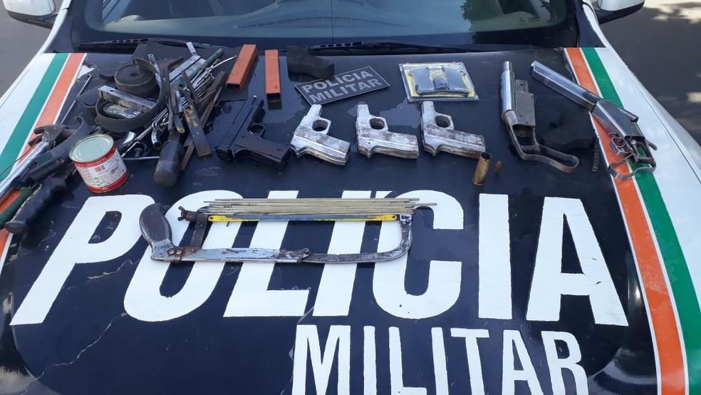 Várias armas de fogo que estavam sendo fabricadas foram apreendidas pela PM no interior do Ceará. — Foto: Divulgação/Polícia Militar