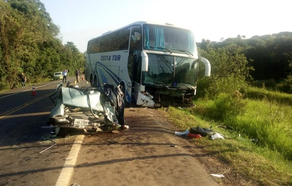 Ônibus colidiu com Chevette na ERS-153, em Ernestina — Foto: Ivan da Silva/Rádio Voz FM