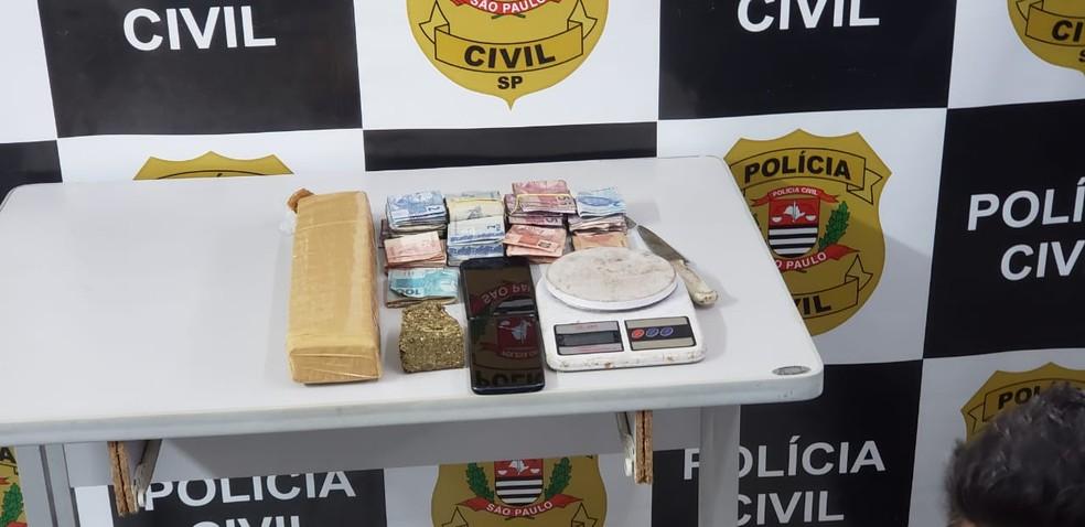 Câmera flagra tentativa de dono de depósito de se livrar de droga ao perceber chegada da polícia — Foto: Polícia Civil/Divulgação