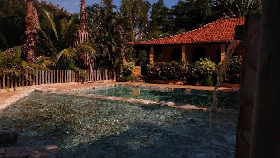 Uma das quatro piscinas do Casarão Thermas  em Cachoeira Dourada — Foto: Casarão Thermas/Divulgação