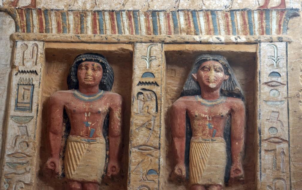 """Estátuas no túmulo recentemente descoberto da Purificação Real do Sacerdote durante o reinado do Rei Nefer Ir-Ka-Re, chamado """"Wahtye"""", no local da pirâmide de degraus de Saqqara, em Gizé, Egito. A Missão Arqueológica Egípcia que trabalha na Necrópole de Animais Sagrados no sítio arqueológico de Saqqara conseguiu descobrir a tumba, anunciou o Ministro de Antiguidades, Khaled el-Anani — Foto: AP Photo/Amr Nabil"""