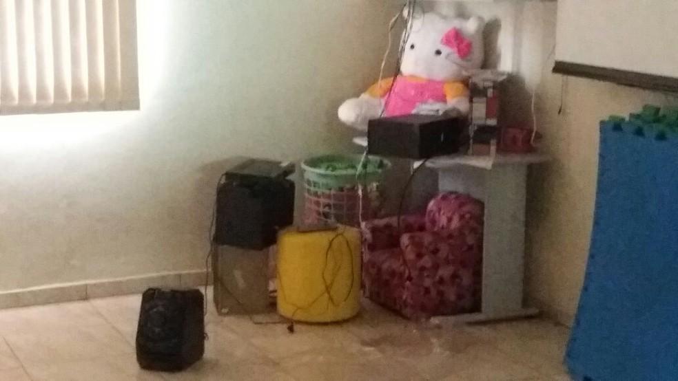 Criminosos reviraram salas e levaram equipamentos de creche em Igaraçu do Tietê (Foto: Arquivo Pessoal)
