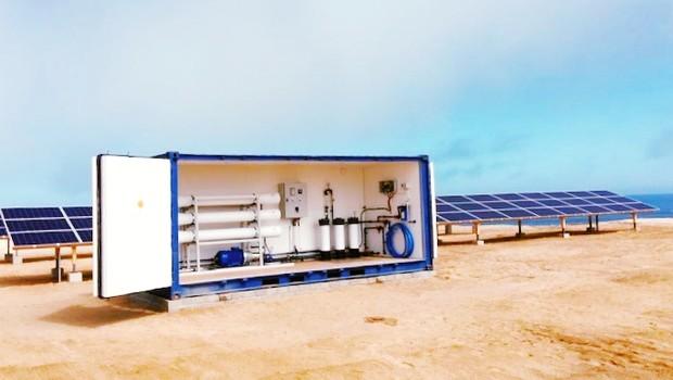 Pequeno contêiner perto da praia é capaz de transformar a água do mar em água potável (Foto: Divulgação/Solar Water Solutions)