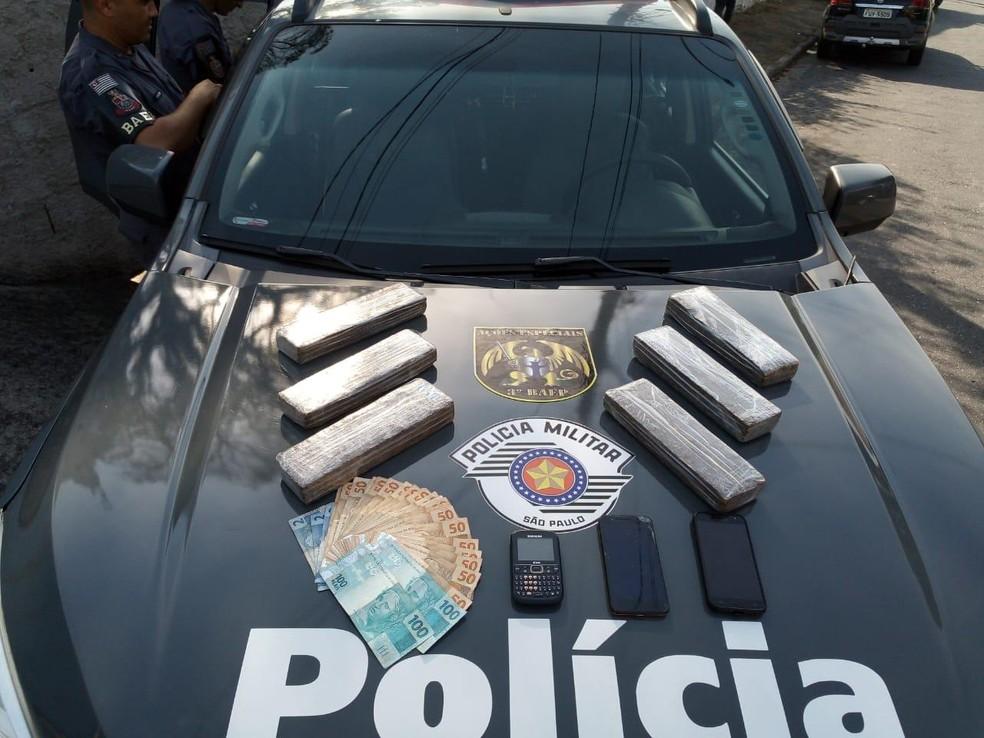 Três homens são presos com seis tijolos de maconha em Jacareí. — Foto: Divulgação/Baep