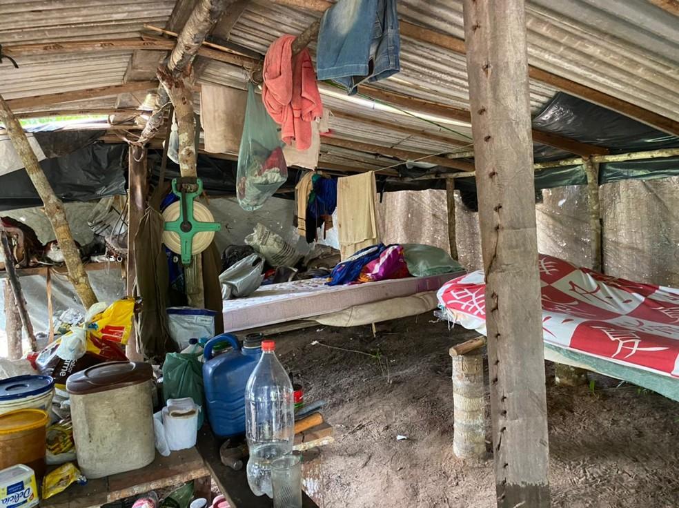 Camas improvisadas onde trabalhadores dormiam  — Foto: MPT-MT