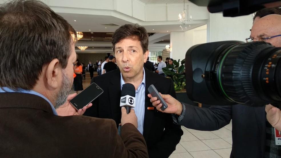 João Amoêdo em encontro com simpatizantes do partido em restaurante em Florianópolis — Foto: Jean Carlos/NSC TV