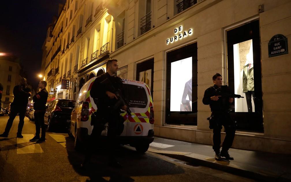 Policiais são vistos no centro de Paris após um homem atacar pessoas na rua com uma faca na noite de sábado (12) e ser morto pela polícia (Foto: Thomas Samson/AFP)