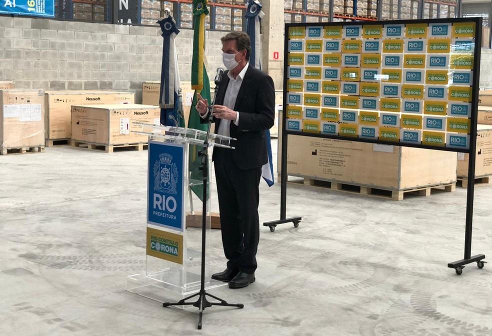 Prefeito Marcelo Crivella recebe tomógrafos no aeroporto do Galeão — Foto: Henrique Coelho - G1