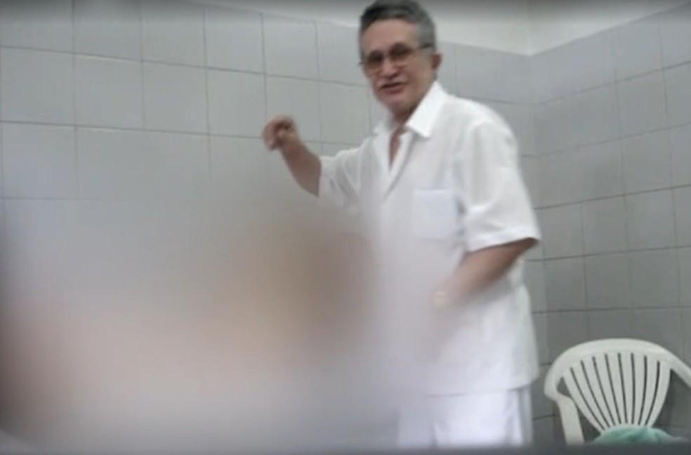 Médico e prefeito de Uruburetama filmava pacientes enquanto cometia abusos sexuais — Foto: Reprodução/TVM