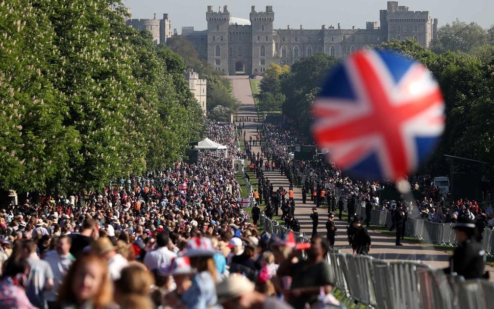 Britnicos e fs lotam a Long Walk que leva ao Castelo de Windsor Foto Daniel Leal-Olivas  AFP Photo