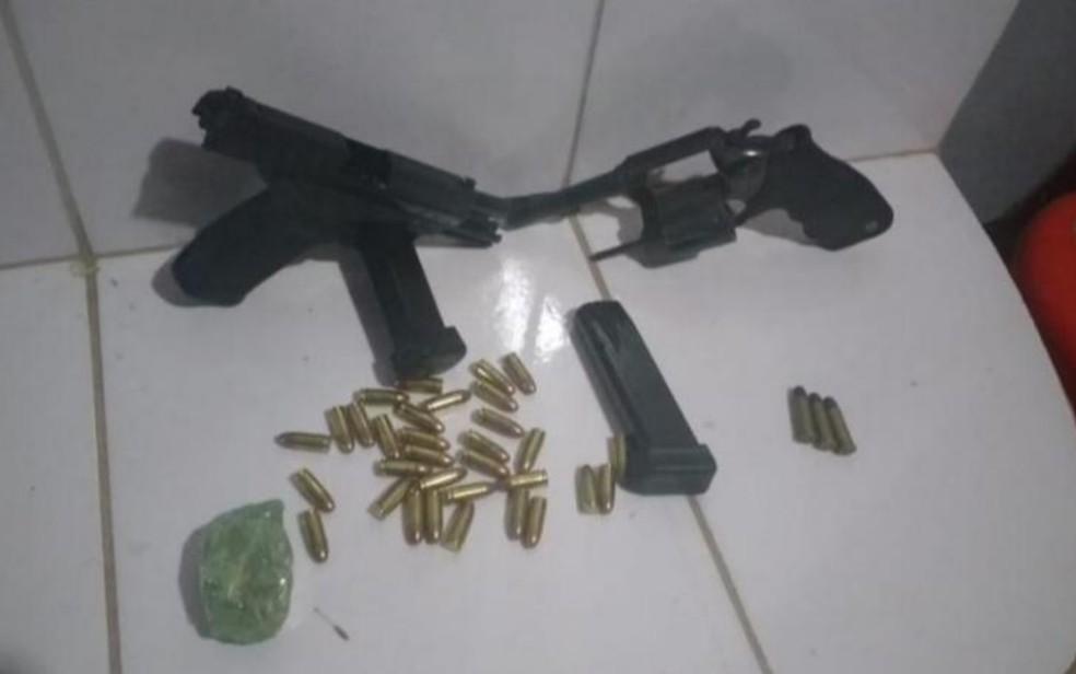 Armas e munições encontradas com os suspeitos também foram apreendidas — Foto: PM/Divulgação