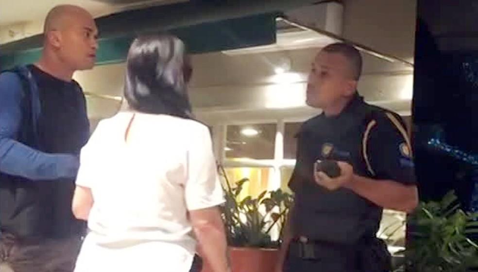 Emerson (E), uma funcionária da administração do RioSul e o segurança que o barrou — Foto: Reprodução/TV Globo