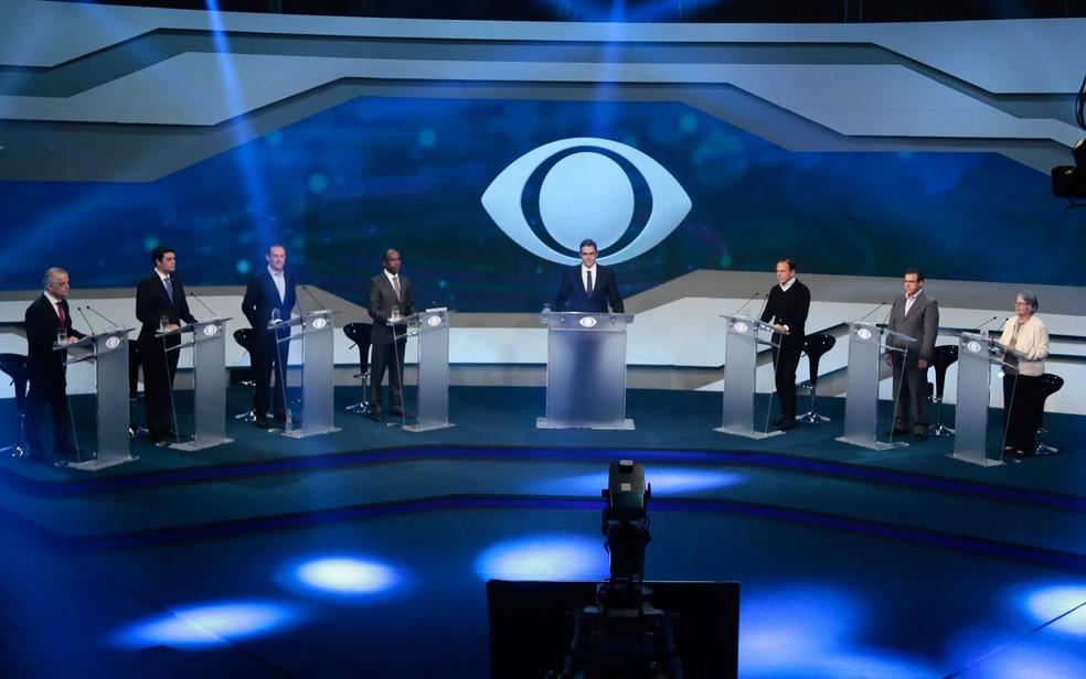 Candidatos ao governo do estado de São Paulo em debate da TV Bandeirantes na noite desta quinta-feira (16): Márcio França (PSB), Rodrigo Tavares (PRTB), Paulo Skaf (MDB), Marcelo Cândido (PDT), João Doria (PSDB), Luiz Marinho (PT) e Professora Lisete (PSOL) (Foto: Adriana Spaca/Framephoto/Estadão Conteúdo)