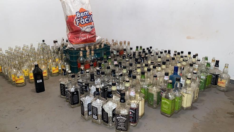 Garrafas de bebidas apreendidas em fábrica clandestina em Piracicaba — Foto: Felipe Boldrini/EPTV
