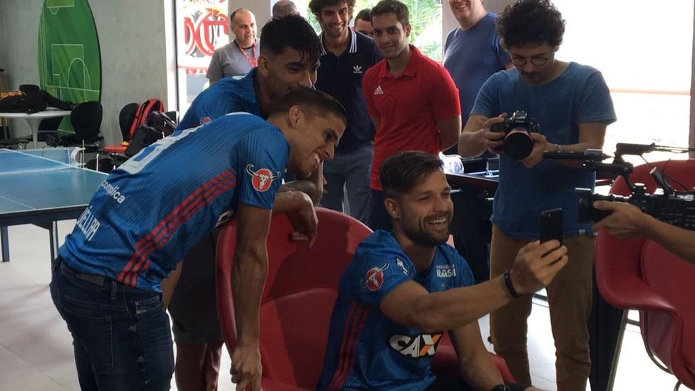 Diego, Lucas Paquetá e Cuéllar ligaram para três torcedores (Foto: Caio Blois/GloboEsporte.com)