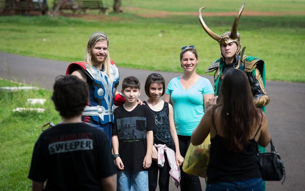 Público reconhece os irmãos Thor e Loki incorporados por amigos em Ribeirão Preto (Foto: Érico Andrade/G1)