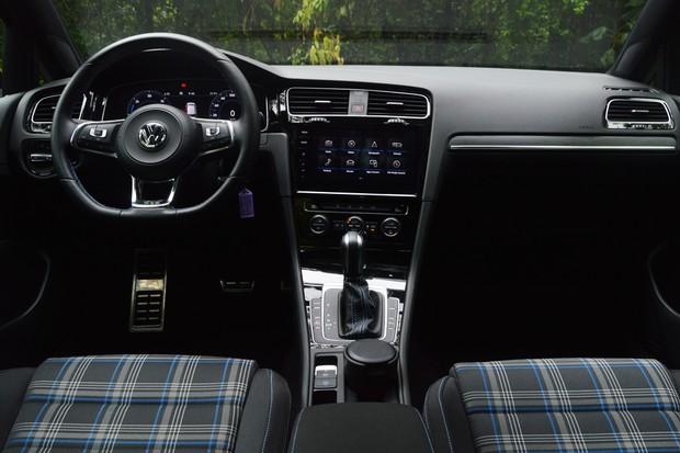 O interior do GTE tem estofamento xadrez azulado e não vermelho como no GTI (Foto: André Schaun/Autoesporte)
