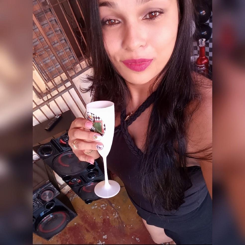 Ariana Francelino de França, 33 anos, foi morta pelo marido em Cuiabá — Foto: Facebook