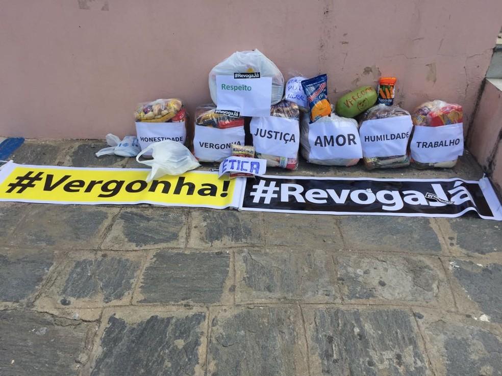Moradores levaram cestas básicas como forma de protesto (Foto: Mavian Barbosa/G1)