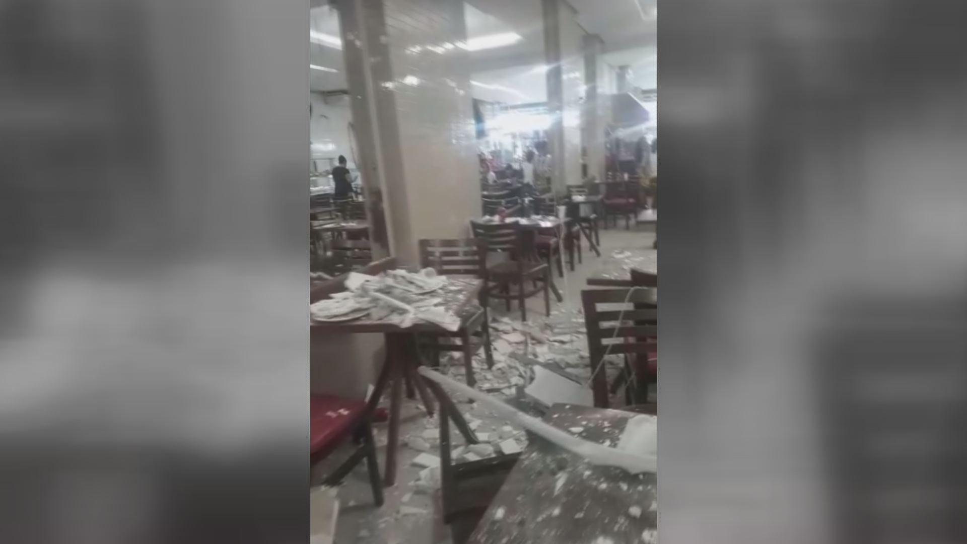 Forro de gesso desaba em restaurante e deixa cliente ferida no litoral de SP; VÍDEO