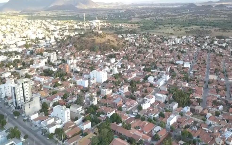 Imagem aérea da cidade de Guanambi, no sudoeste baiano, que terá toque de recolher anteecipad — Foto: Reprodução/TV Sudoeste