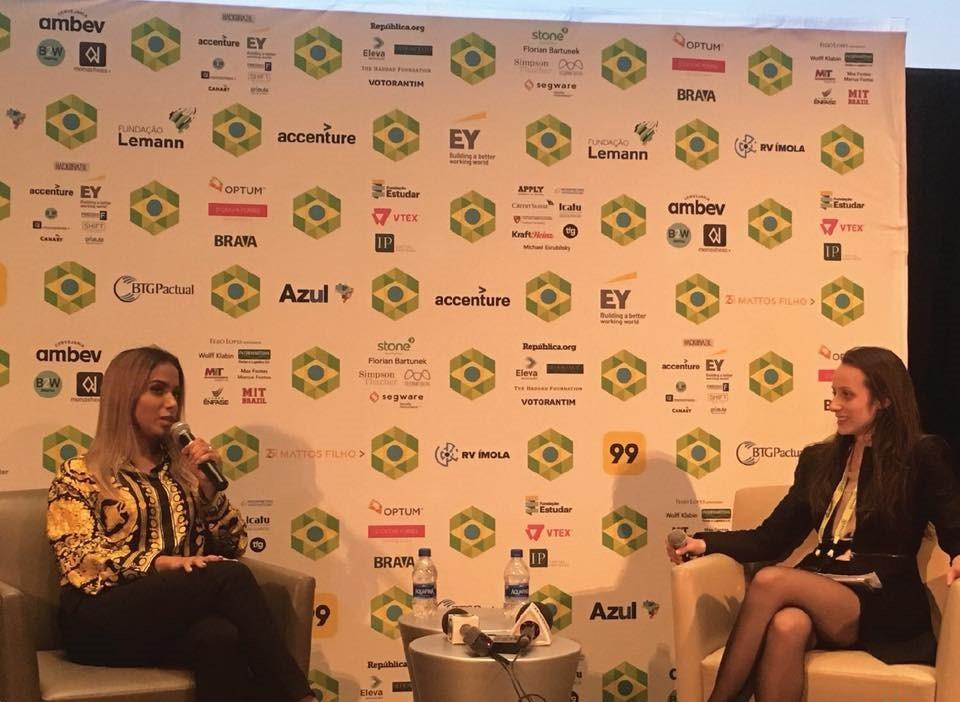 Anitta fala durante a Brazil Conference em Harvard, nos EUA (Foto: Divukgação)