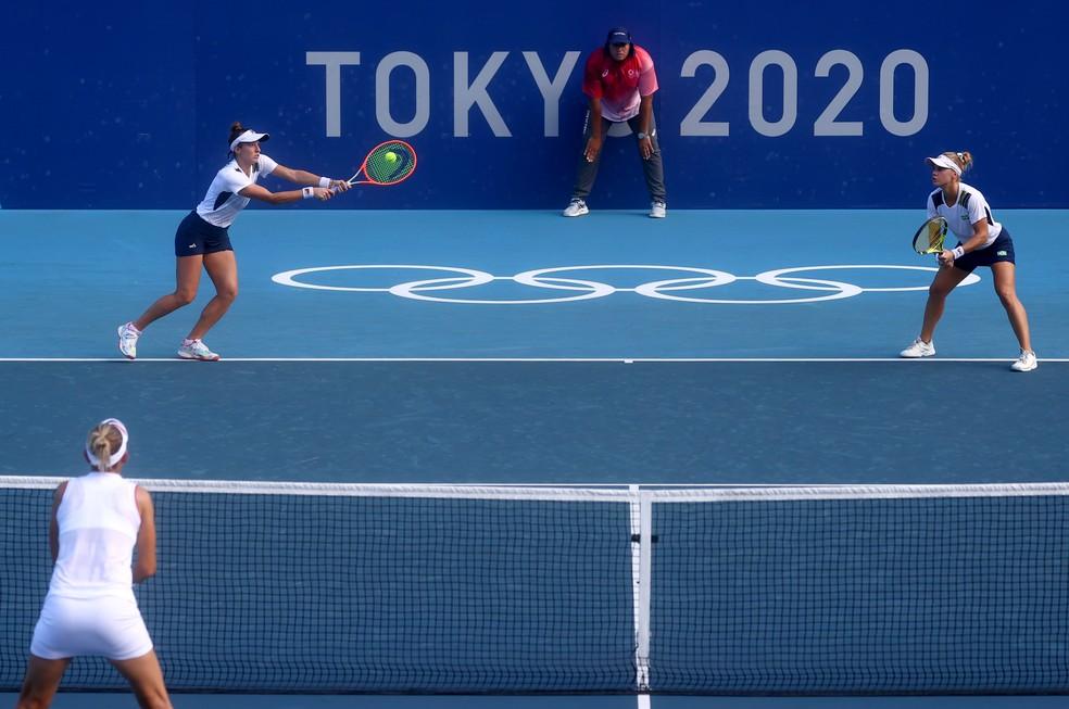 Dupla brasileira na disputa pelo bronze no tênis em Tóquio — Foto: REUTERS/Yara Nardi